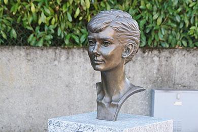 Head statuette of Audrey in Place Audrey Hepburn